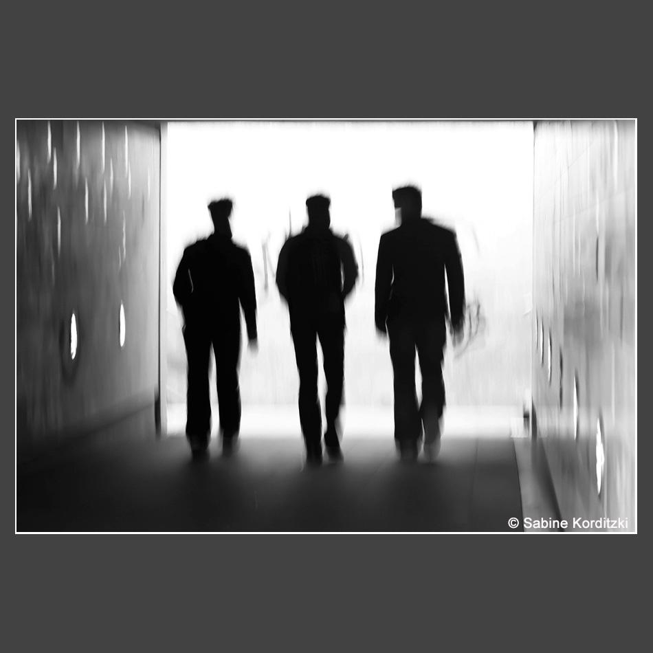Sabine Korditzki - drei Maenner in schwarz